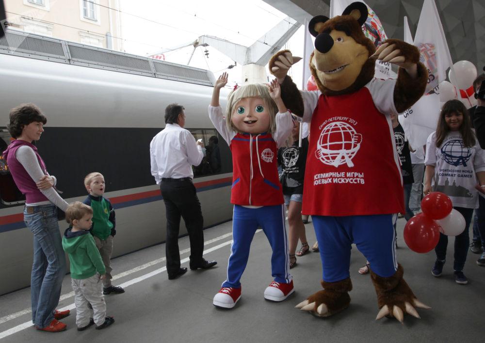 世界搏击运动会吉祥物玛莎和熊在圣彼得堡市迎接各国参赛队。
