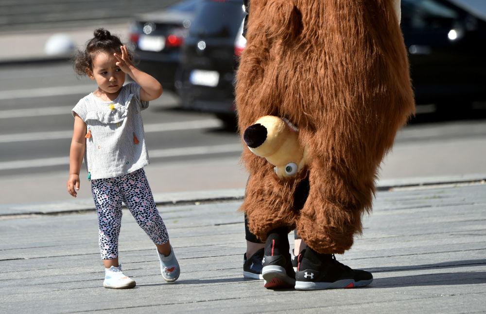 乌克兰小朋友在基辅市观看人偶熊表演。