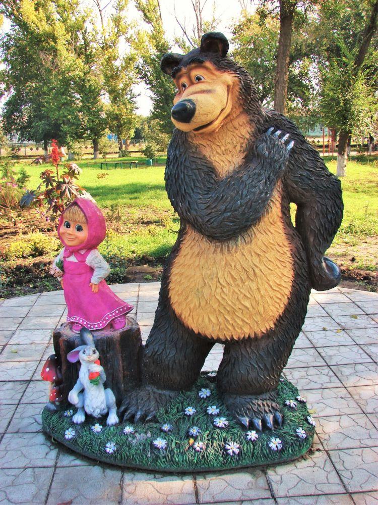 俄罗斯叶兰市的《玛莎和熊》人物塑像。