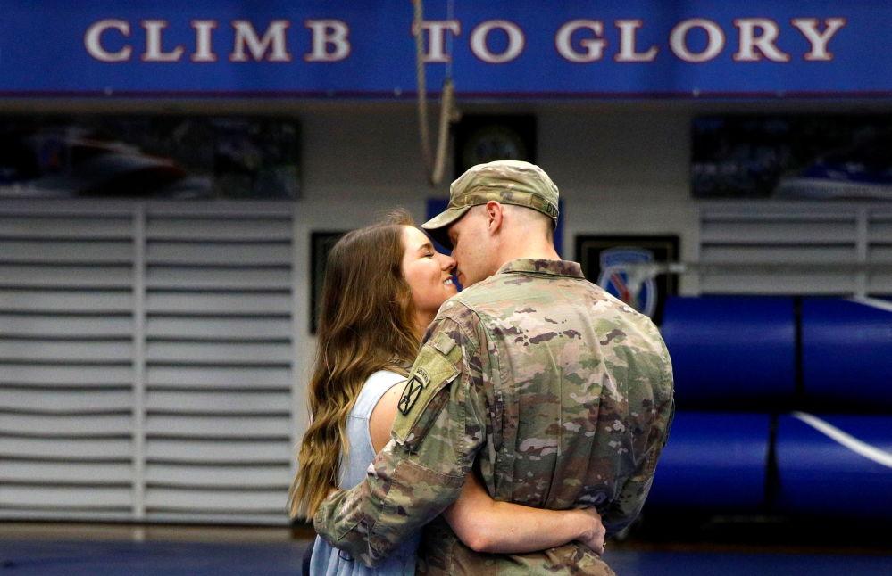 返回美国的驻阿富汗美军士兵与妻子团聚。