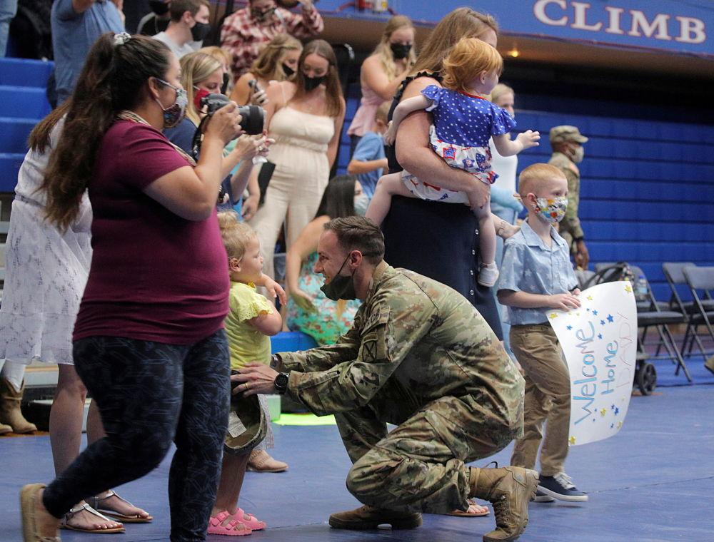 返回美国的驻阿富汗美军士兵与家人团聚。