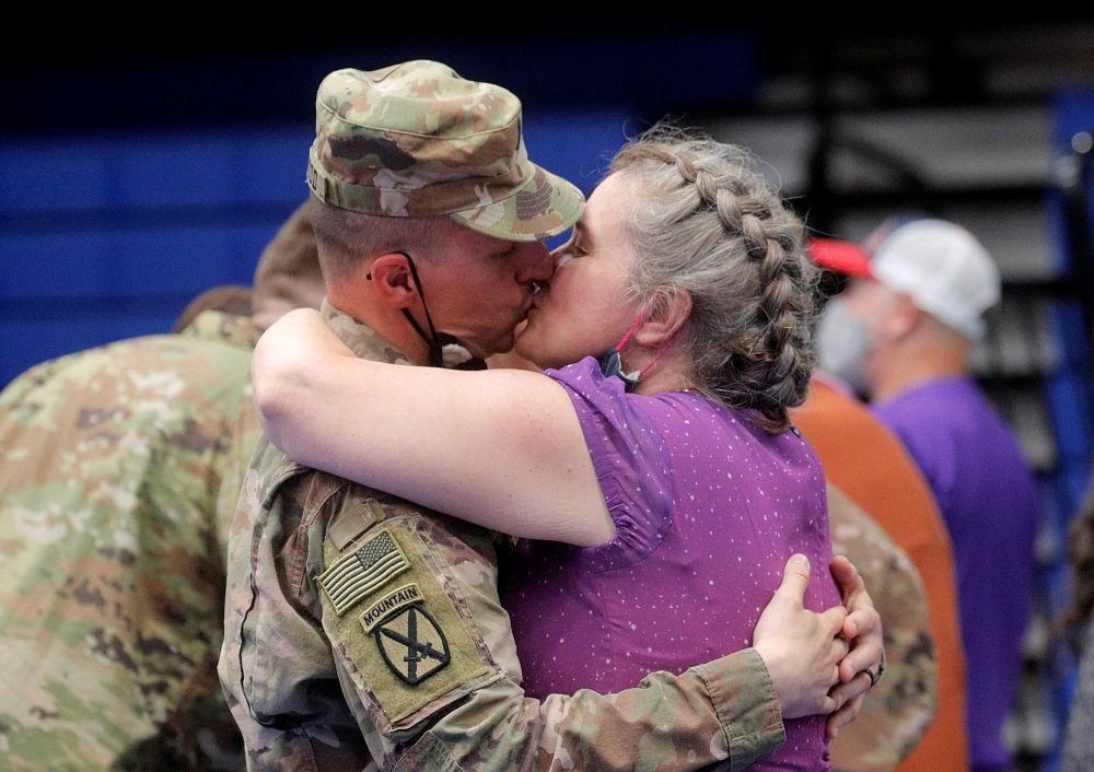 返回美国的驻阿富汗美军士兵亲吻爱人。