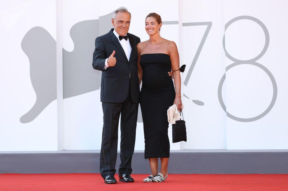 威尼斯电影节导演阿尔贝托•巴伯拉与妻子朱莉娅•罗斯马琳参加影片《日落》(Sundown)首映礼红毯走秀活动。
