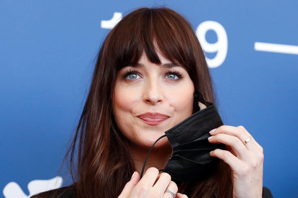 美国女演员达科塔•约翰逊参加第78届威尼斯国际电影节开幕式。