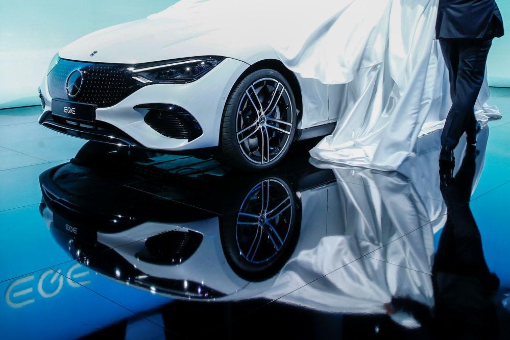 戴姆勒AG公司的EQE展车在慕尼黑国际车展开幕式上亮相。
