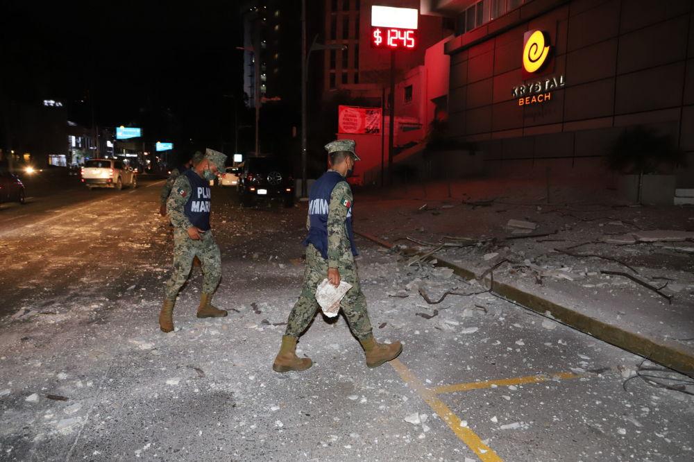墨西哥军人抵达震区。
