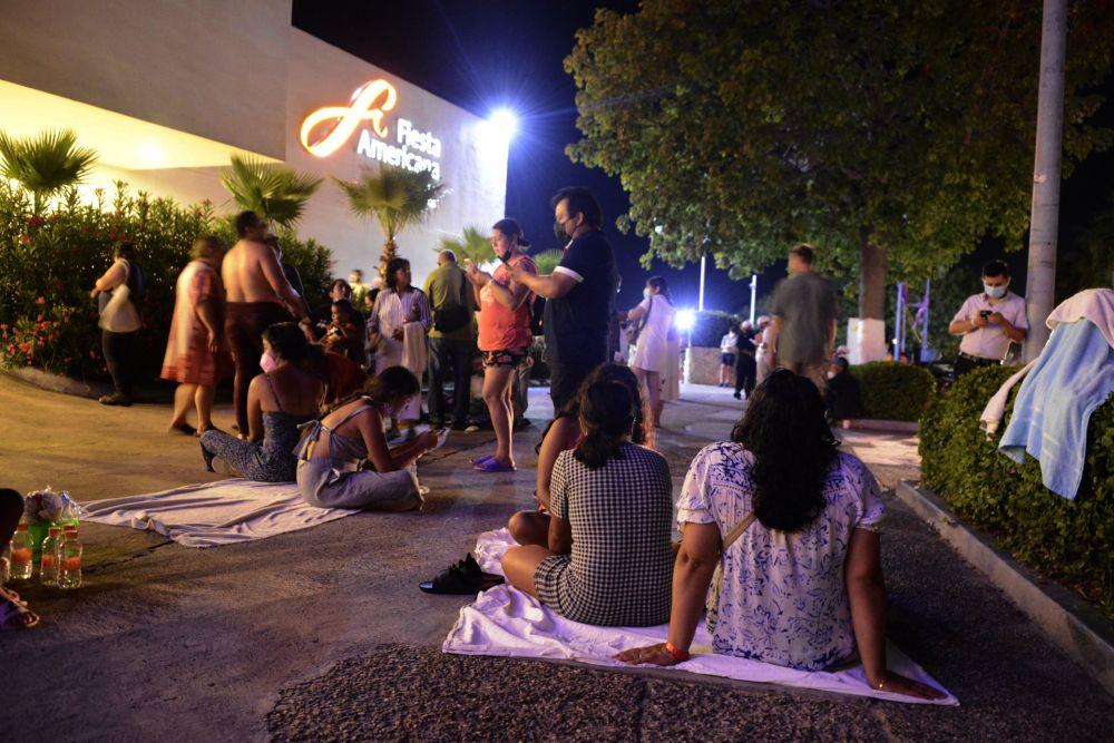 墨西哥地震灾区居民在户外避险。