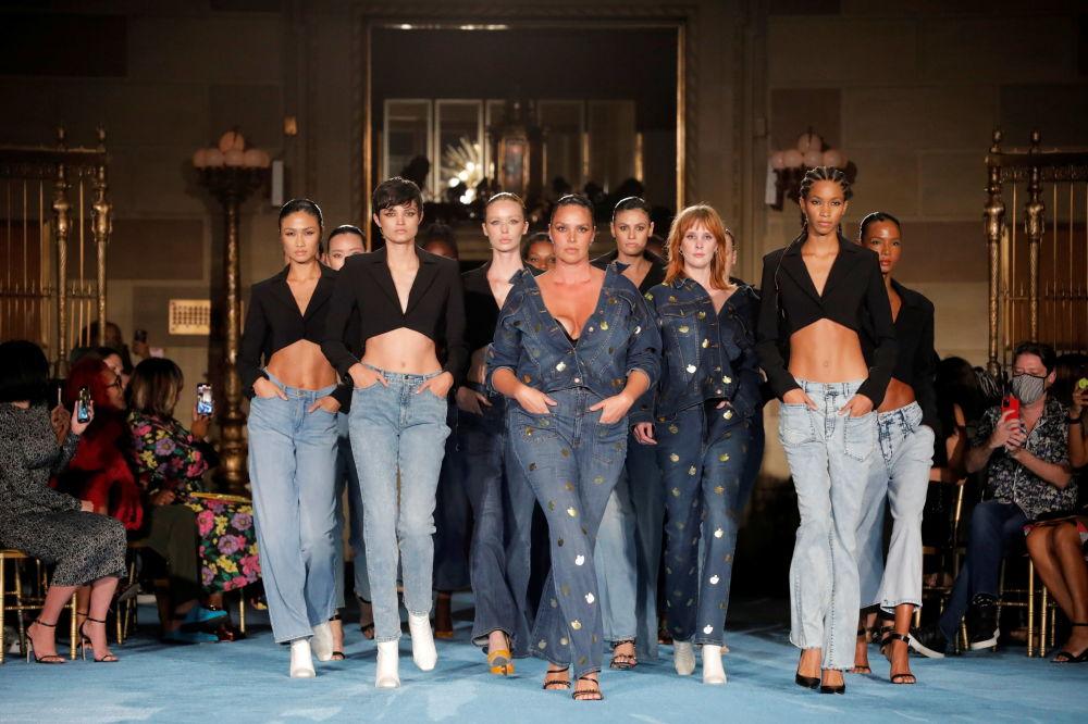 Christian Siriano时装作品在纽约时装周2022春夏走秀展示。