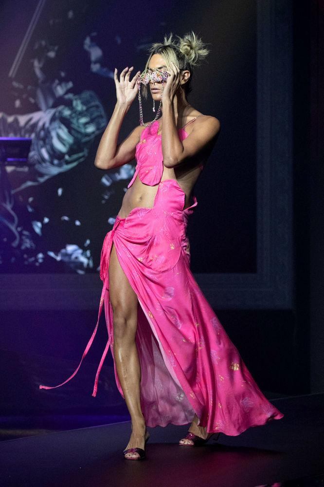 Collina Strada时装作品在纽约时装周2022春夏走秀展示。