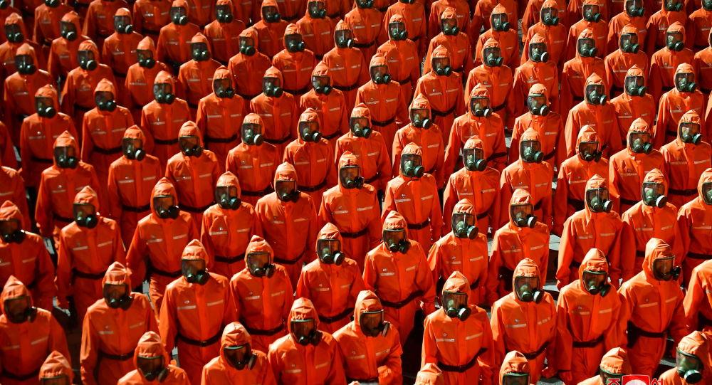 朝鲜建国73周年阅兵式上出现防护服队列