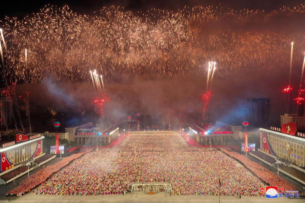 朝鲜建国73周年阅兵式上的烟花。