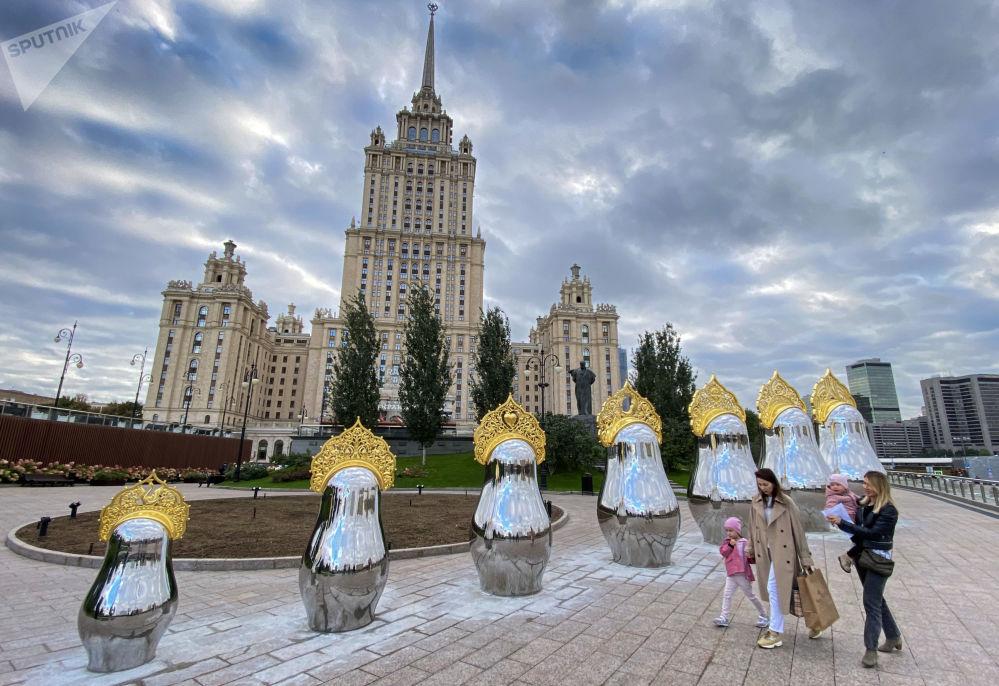 """莫斯科""""乌克兰""""酒店对面镶有金色盾形头饰的镜面套娃。"""