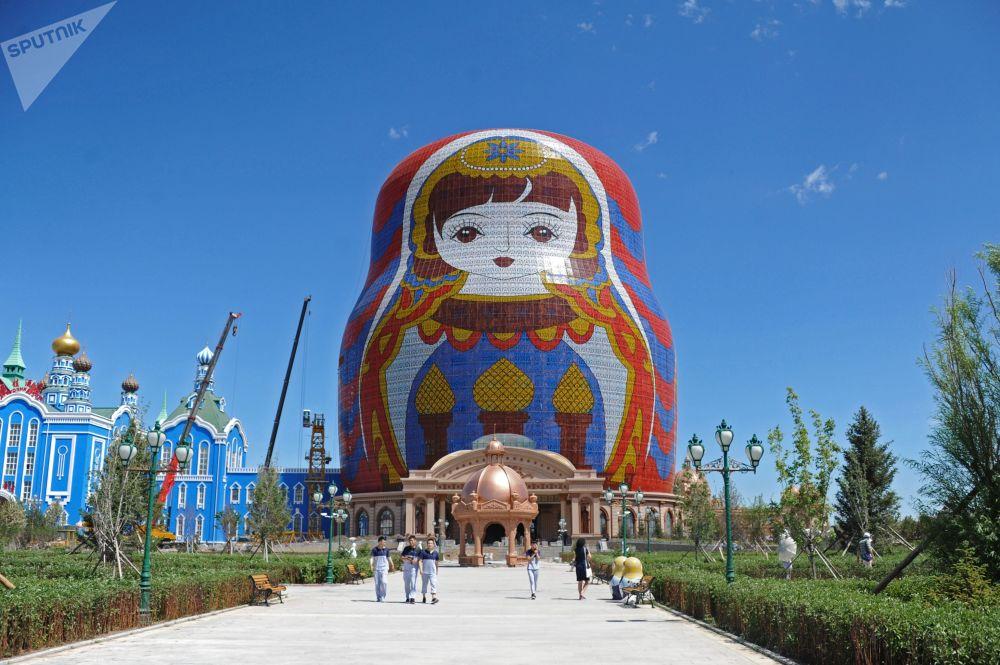"""满洲里市""""套娃广场""""上30米高的套娃。"""