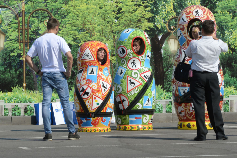 莫斯科番红花城音乐厅(CROCUS CITY HALL)附近的套娃。