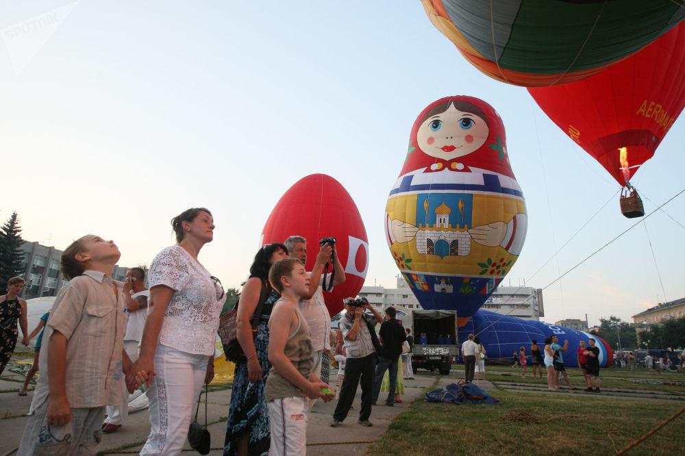 """俄罗斯谢尔吉耶夫•波萨德小镇上举行的""""圣谢尔吉的天空""""航空节。"""