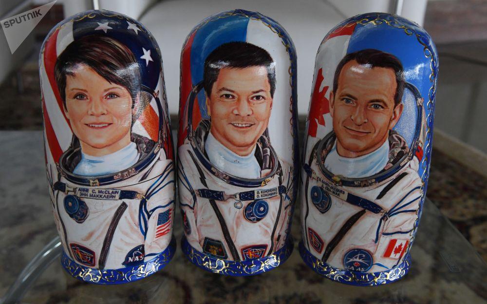 绘有国际空间站第58/59任务乘组组员:美国宇航局航天员安•麦克莱恩,俄罗斯航天局航天员奥列格•科诺年科和加拿大航天局航天员大卫•圣雅克的套娃。