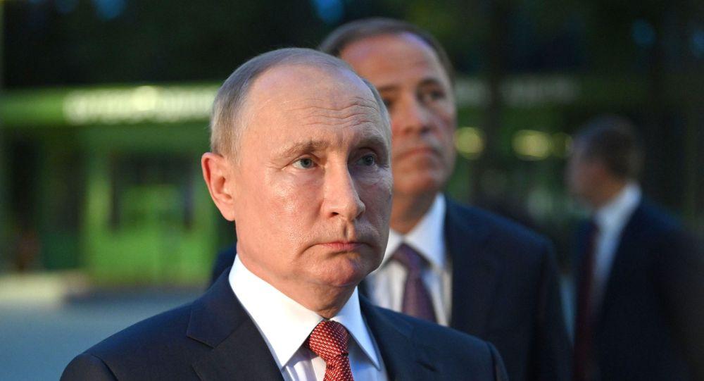 克宫:普京总统在自我隔离期间正常生活和工作