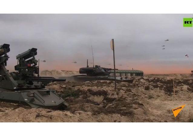 """""""天王星-9""""和""""涅列赫塔""""战斗机器人在演习中歼灭敌人"""