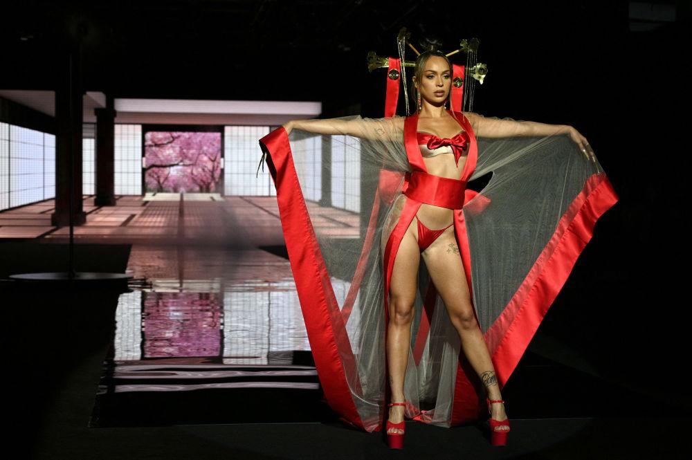 模特在奔驰车内展示时装设计师安德烈斯·萨尔达 (Andres Sarda)的作品,西班牙马德里