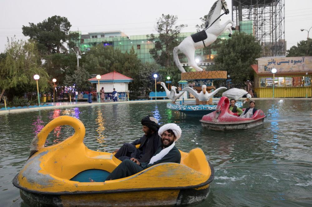 阿富汗男子在赫拉特市一公园玩水上自行车