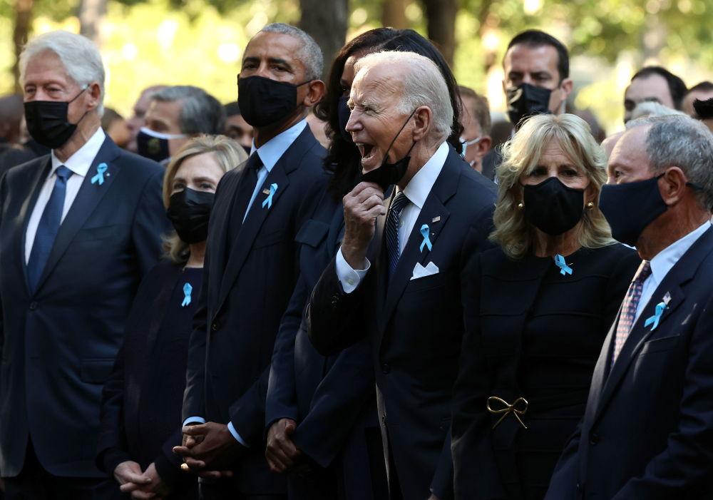 """在纽约举行的""""9·11""""事件遇难者悼念仪式上,美国多名前总统站在现任总统乔·拜登周围"""