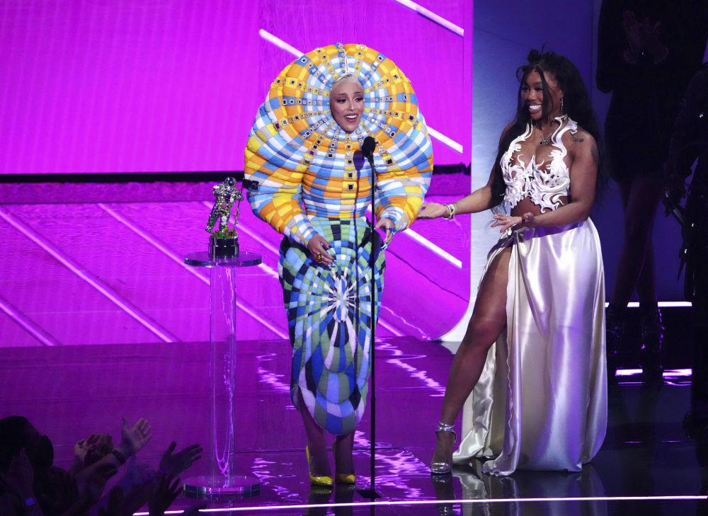 """歌曲《Kiss Me More》获MTV音乐录影带奖""""年度最佳合作""""奖,歌手Doja Cat和SZA在纽约举行的颁奖仪式上领奖"""