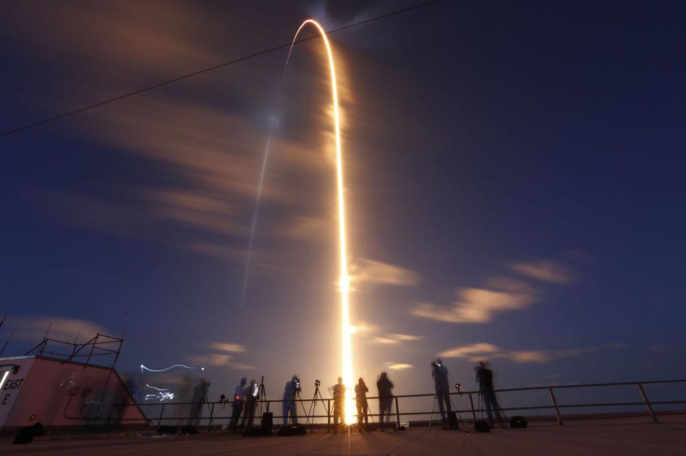 美国太空探索技术公司(SpaceX)的猎鹰9号火箭从佛罗里达州卡纳维拉尔角发射