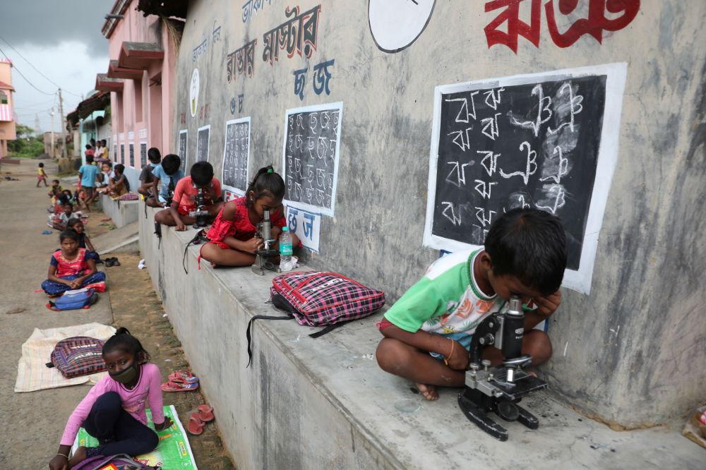 学校因新冠疫情关闭后,孩子们露天上课,印度