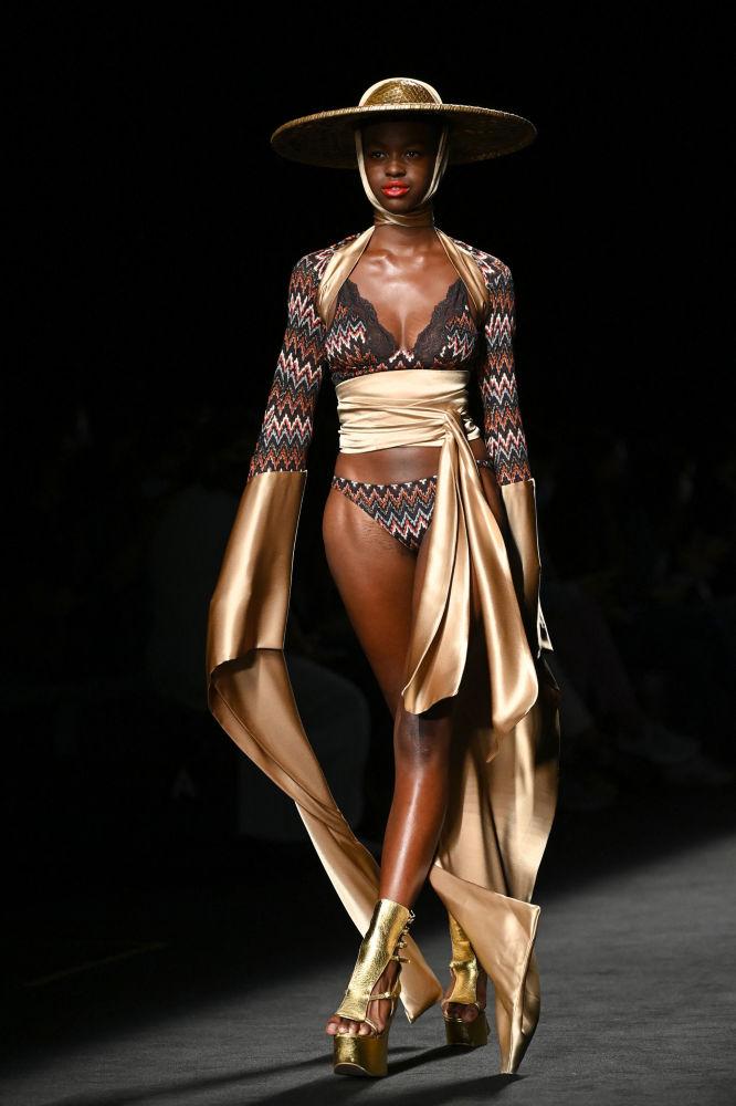模特在馬德里梅賽德斯-奔馳時裝周上展示ANDRES SARDA 品牌內衣