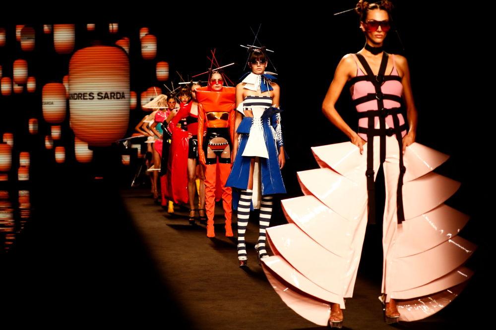 馬德里梅賽德斯-奔馳時裝周上的 Andres Sarda 品牌內衣秀