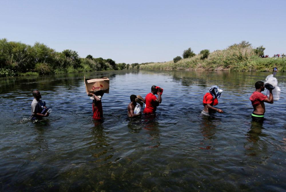 海地移民经格兰德河上穿越美墨边境。