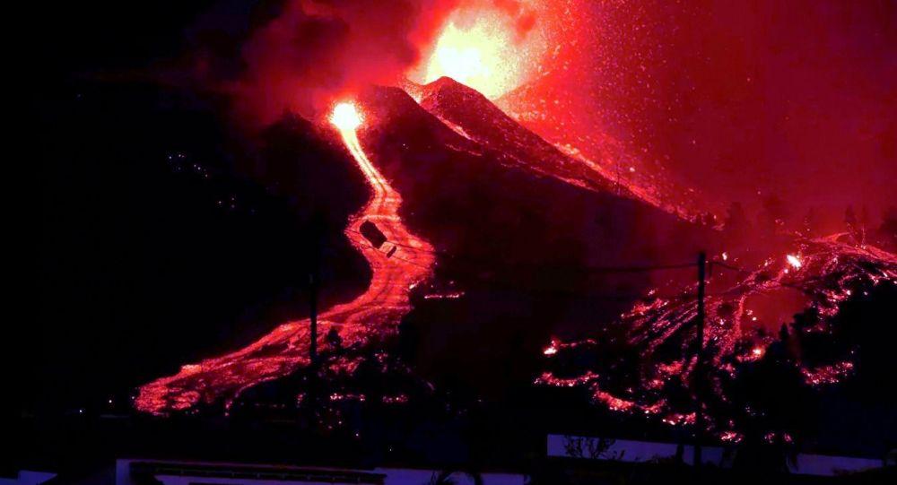 西班牙加那利群岛火山一条熔岩流停止前往