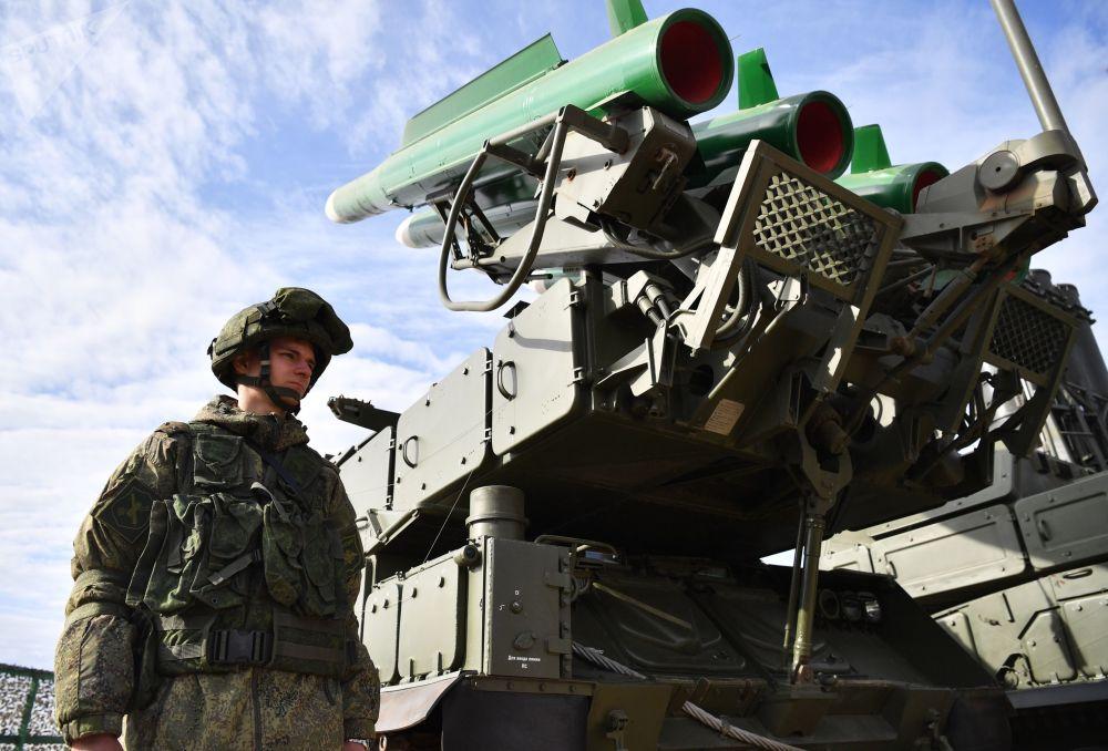 """上合组织成员国""""和平使命-2021""""反恐演习装备展上的""""Buk-M2""""防空导弹综合体"""