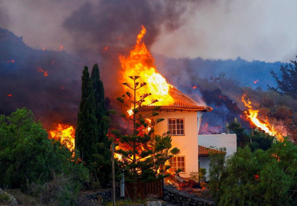 加那利群島拉帕爾馬火山噴發導致一棟房屋著火