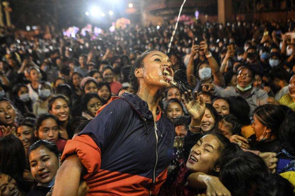 一個女孩在因陀羅節期間喝從Shvet Bhairava雕像流出的酒,加德滿都