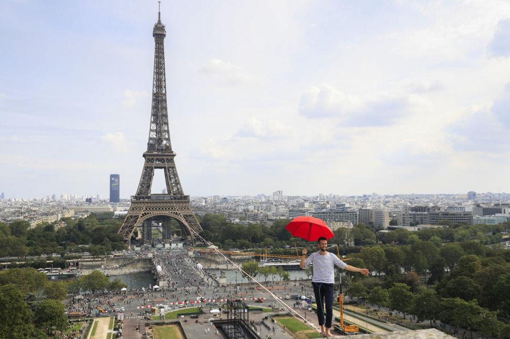 法國高空雜技演員Nathan Paulin在埃菲爾鐵塔和夏約宮國家劇院走鋼絲
