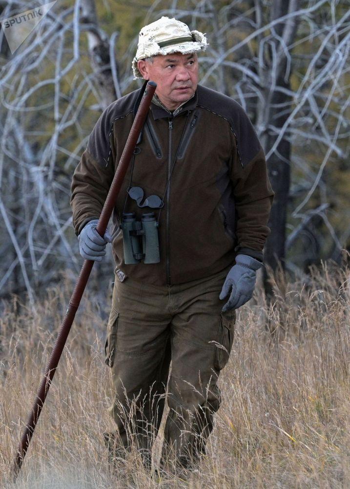 國防部長紹伊古在原始森林中散步。