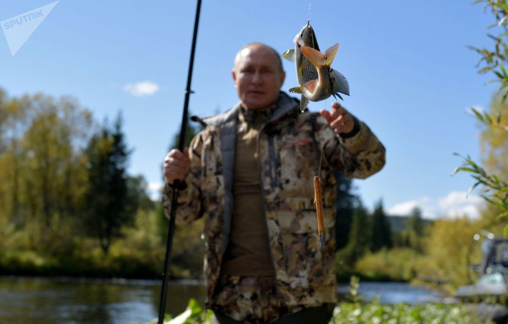 俄總統普京在原始森林中釣魚。