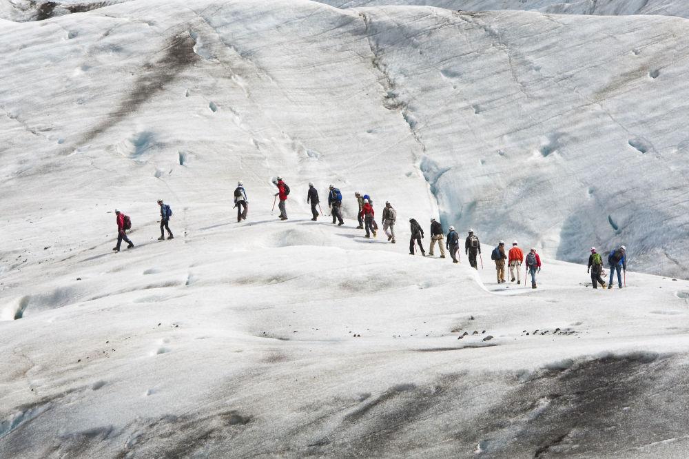冰島瓦特納約卡爾冰川上的登山者。
