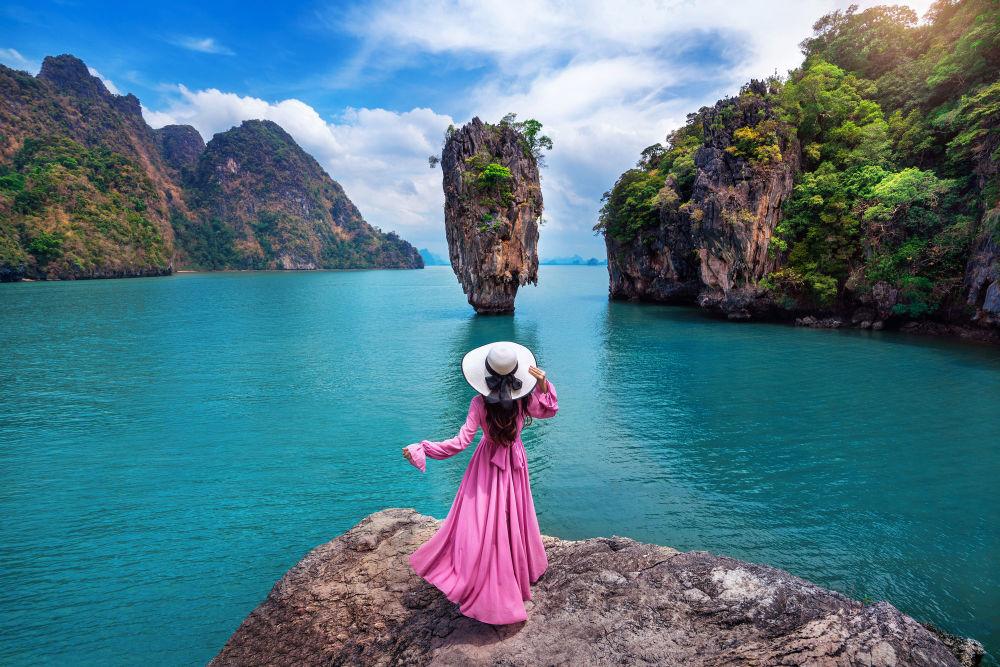 泰國詹姆斯邦德島岩石上的女孩。