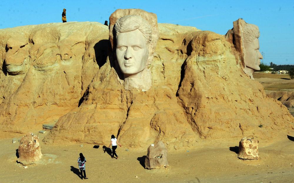 人們參觀偉大的突尼斯詩人阿布•卡塞姆的雕塑。