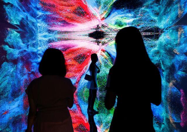香港数字艺术博览会展出的视觉艺术家列菲卡•阿纳多拉作品《机械幻觉-太空:虚拟世界》。