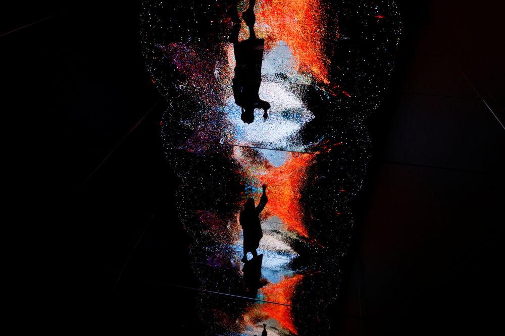 香港数字艺术博览会展出的视觉艺术家列列菲克•阿纳多尔作品《机械幻觉-太空:虚拟世界》。