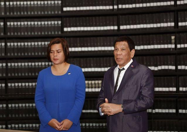 菲律宾总统罗德里戈·杜特尔(右)和他的女儿莎拉·杜特尔特-卡皮奥