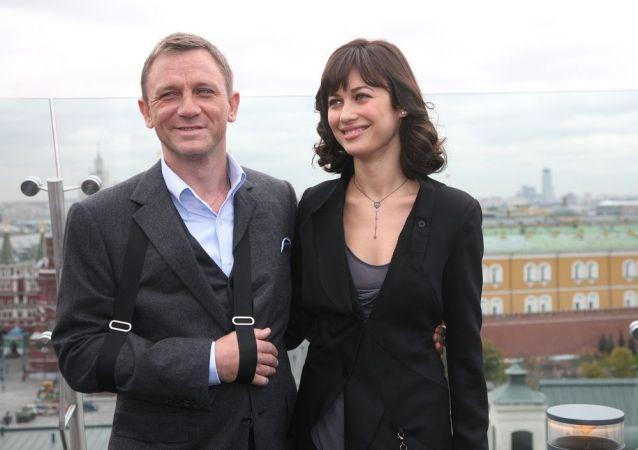英国演员丹尼尔•克雷格(左边)在莫斯科