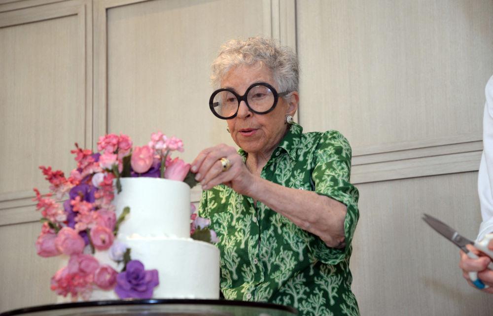 西尔维娅•温斯托克52岁时开始售卖自制蛋糕。如今82岁高龄的她,已经是世界知名蛋糕供应商。