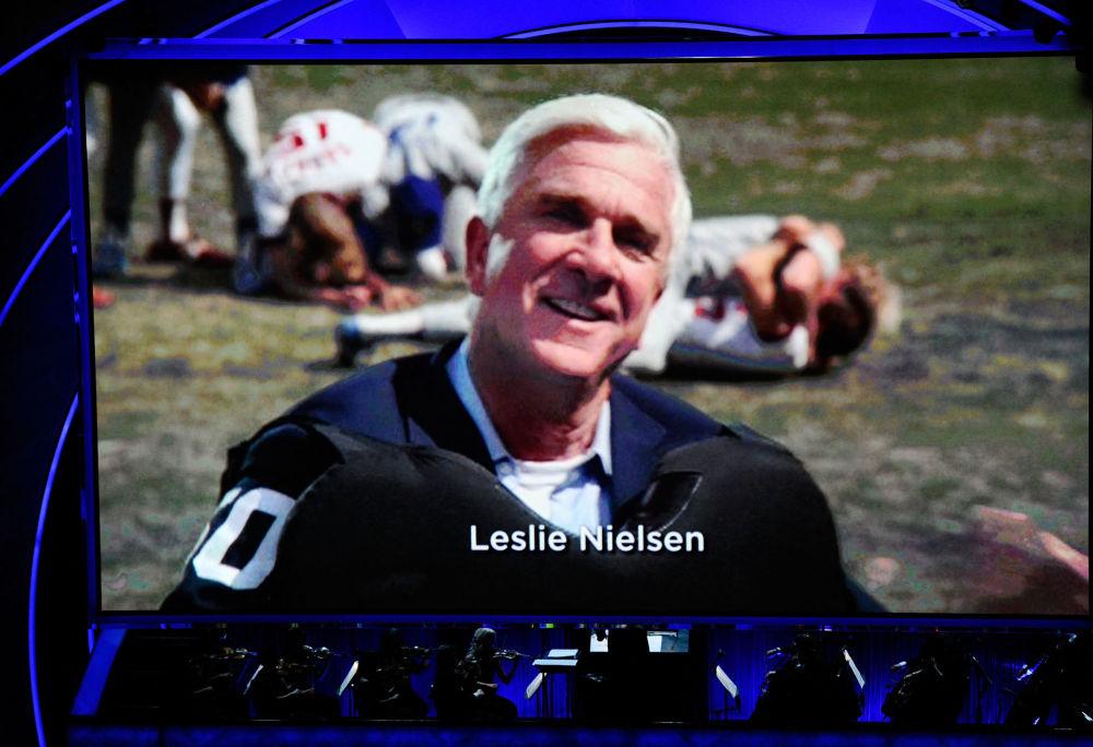 莱斯利•尼尔森于50岁时转型喜剧演员,喜剧电影《空前绝后满天飞》成为它的成名作。