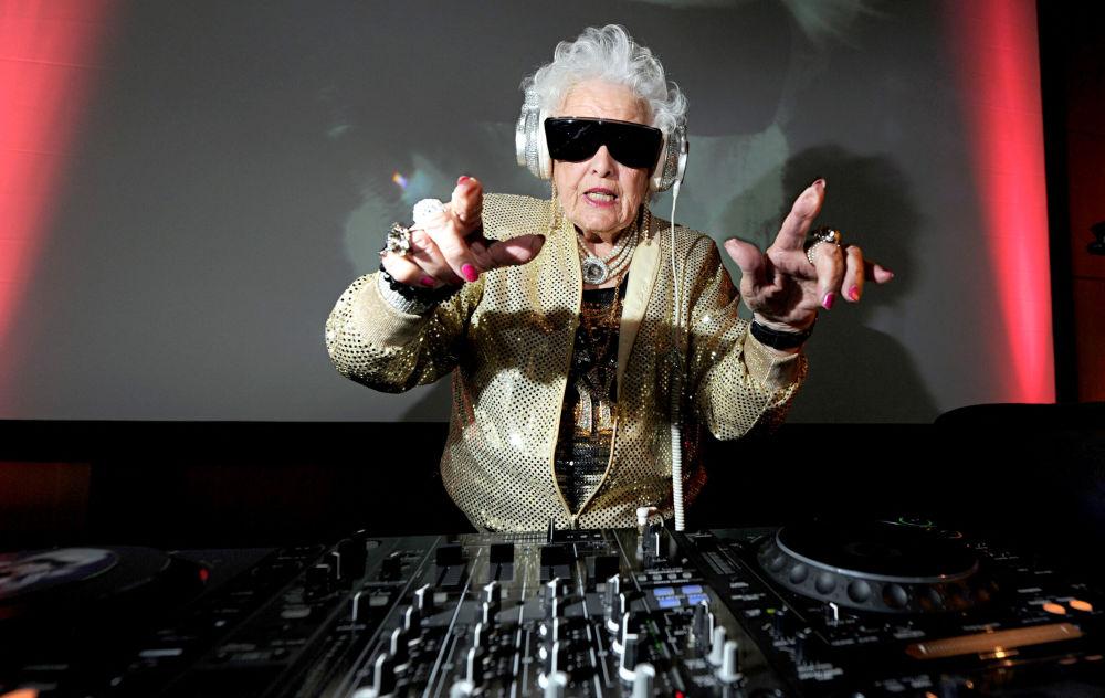 露丝•弗劳尔在70岁时推出首支摇滚乐,随后成为世界知名的摇滚DJ奶奶。