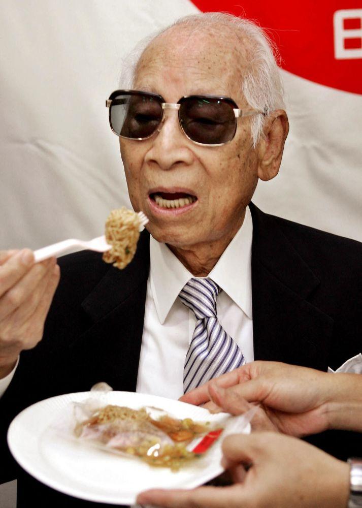 """安藤百福在49时发明方便面。这项专利为""""日清食品""""获利百万美元。"""