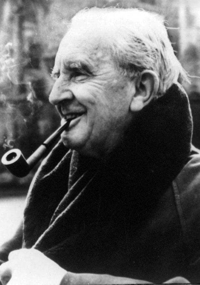 作家约翰•罗纳德•瑞尔•托尔金在62岁时创作完成奇幻小说《魔戒》(又译《指环王》)。